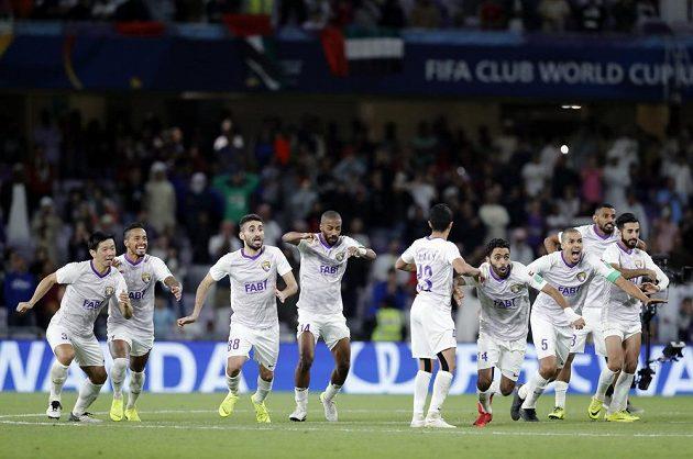 Fotbalisté Al Ajnu se radují z postupu do finále MS klubů.