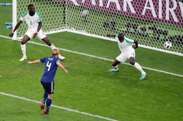 Japonec Keisuke Honda střílí vyrovnávací gól proti Senegalu.