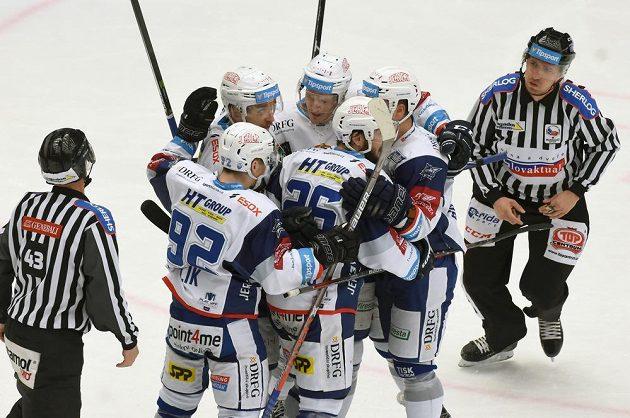 Hokejisté Brna se radují z prvního gólu ve finálové sérii s Třincem. Vstřelil jej Haščák.