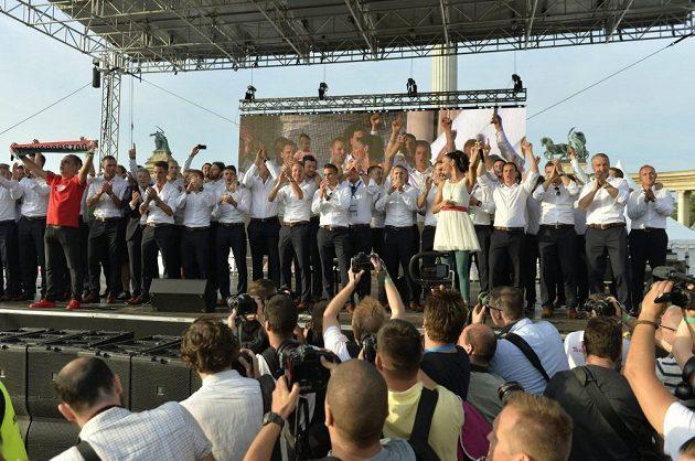 Maďarští fotbalisté na pódiu v Budapešti.