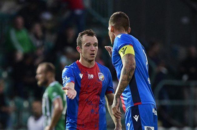 Autor druhého gólu Plzně Miroslav Káčer se raduje se spoluhráčem.