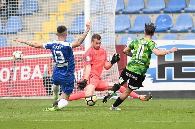 Milan Petržela střílí druhý gól Plzně.
