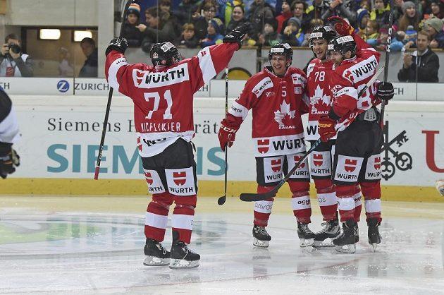 Hokejisté Kanady slaví gól proti Luganu ve finále Spengler Cupu.