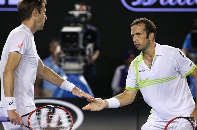 Radek Štěpánek se svým parťákem Danielem Nestorem (vlevo) během finále čtyřhry na Australian Open.
