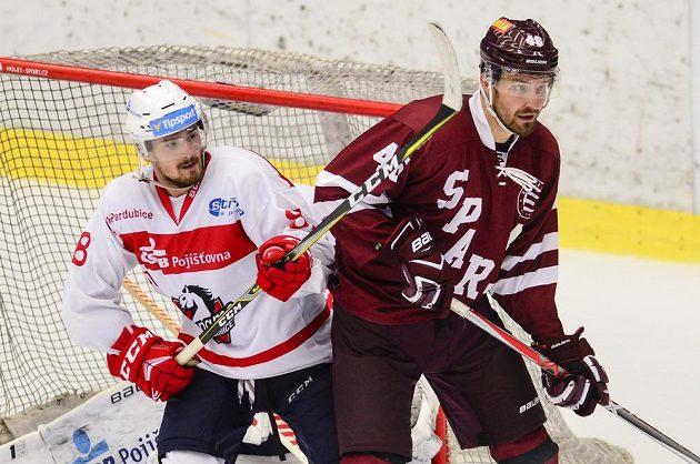 Jan Ščotka z Pardubic a Petr Kumstát ze Sparty v souboji během hokejového turnaje Mountfield Cup.