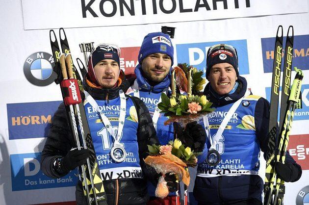 Tři nejlepší ve sprintu v Kontiolahti: zleva druhý Andrejs Rastorgujevs z Lotyšska, vítězný Rus Anton Šipulin a třetí Quentin Fillon Maillet z Francie.