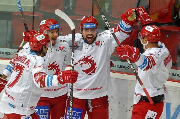 Třinečtí hokejisté se radují z gólu v utkání s Karlovými Vary.