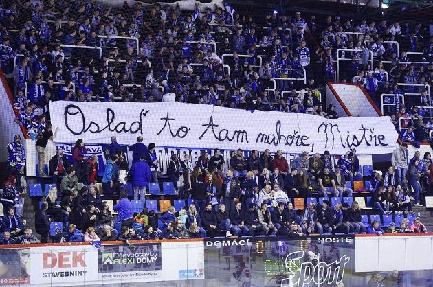 Fanoušci Brna uctili transparentem památku Karla Gotta.