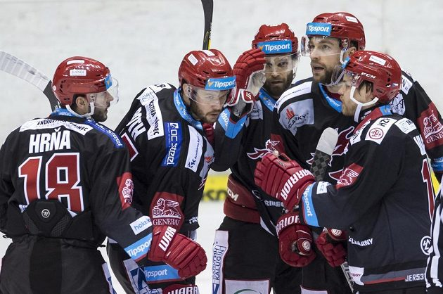Vladimír Roth (druhý zleva) z Třince oslavuje se spoluhráči gól v Pardubicích.