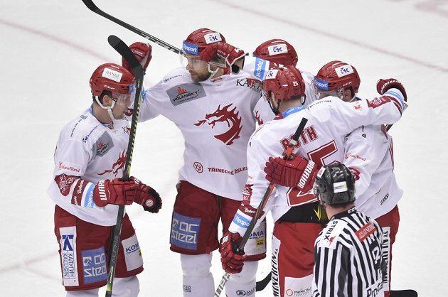 Hokejisté Třince se radují z vedoucí branky utkání