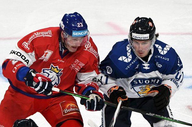 Český hokejista Dmitrij Jaškin (vlevo) a Fin Mikko Lehtonen během utkání na turnaji Karjala.