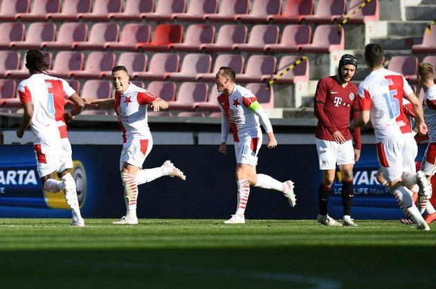 Radost v podání fotbalistů Slavie během semifinále MOL Cupu na hřišti Sparty Praha.
