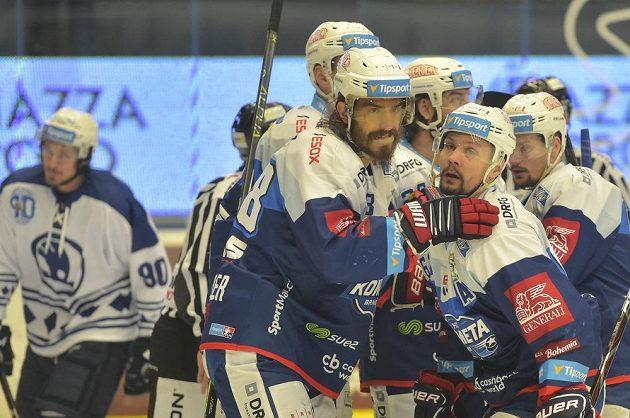 Hráči Komety se radují z vyrovnávacího gólu v Plzni, vpředu vlevo je jeho autor Peter Mueller