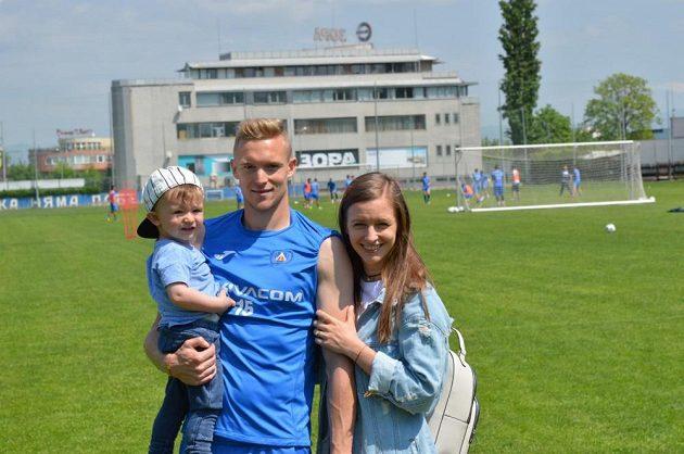 Záložník Plzně Roman Procházka s manželkou Michaelou a synem Timotejem v tréninkovém areálu Levski Sofia.