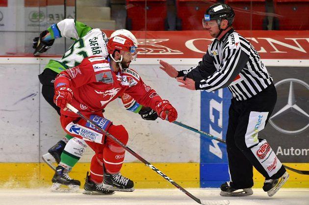 Zleva Ondřej Šafář z Karlových Varů, Erik Hrňa z Třince, čárový rozhodčí Rudolf Tošenovjan.