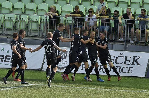 Hráči Hradce se radují z první vstřelené branky v zápase v Karviné.