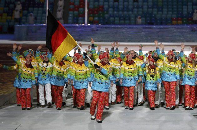 Němce zdobí duha při slavnostním nástupu výprav, v čele vlajkonoška Maria Höflová-Rieschová.