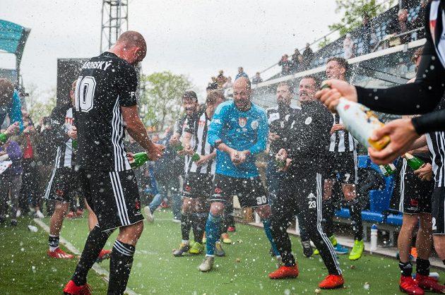 Hráči Českých Budějovic se radují z postupu do první ligy, vlevo je střelec dvou gólů Ivo Táborský.