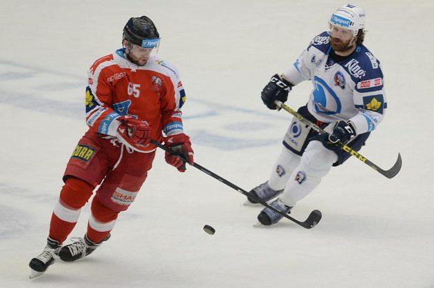 Robin Staněk (vlevo) z Olomouce a plzeňský útočník Ryan Hollweg v úvodním čtvrtfinálovém duelu play off.