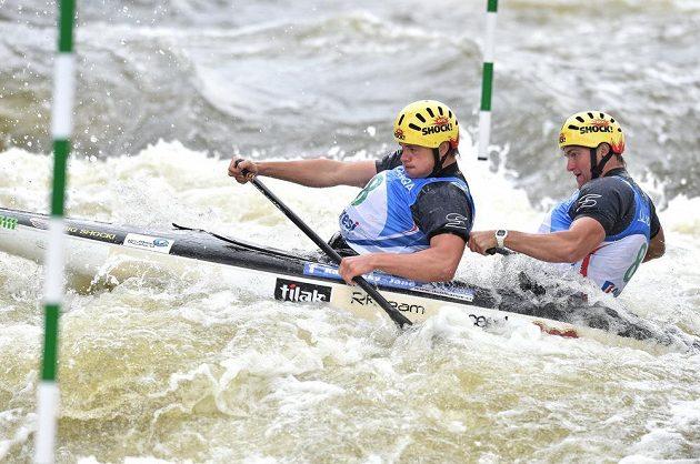 Kanoisté Ondřej Karlovský (vpředu) a Jakub Jáně během finálové jízdy Světového poháru ve vodním slalomu v kategorii C2 na trojském kanále v Praze.