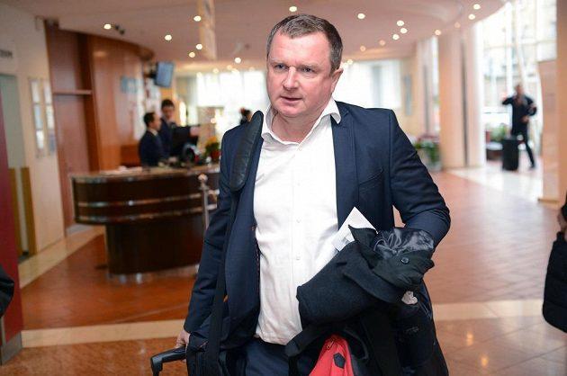 Trenér Pavel Vrba přichází na sraz fotbalové reprezentace.