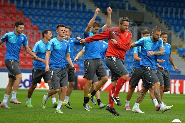 Plzeňští fotbalisté se pod vedením asistenta Pavla Horvátha (v červeném) připravují na utkání proti Dinamu Minsk.