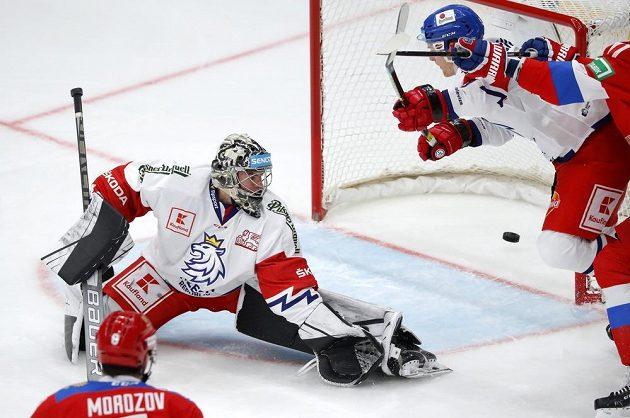 Ruský hokejista Andrej Kuzmenko střílí na turnaji Channel One Cup gól do sítě České repibliky, překonal Romana Willa.