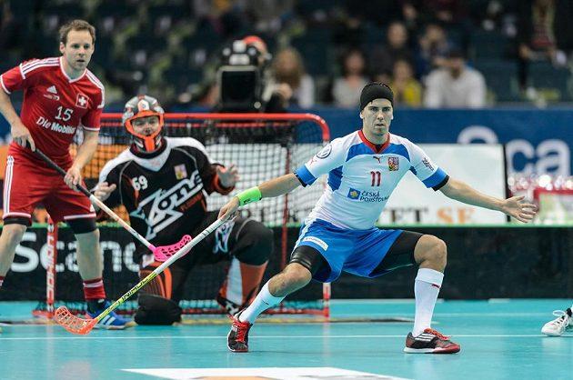 Tomáš Sladký blokuje střelu před gólmanem Tomášem Kafkou, vlevo švýcarský útočník Christoph Hofbauer.