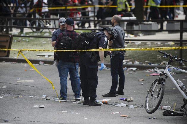 Torontská policie hlídala oslavy basketbalového klubu Raptors s fanoušky v ulicích města, na akci se totiž střílelo a pár lidí bylo zraněno.