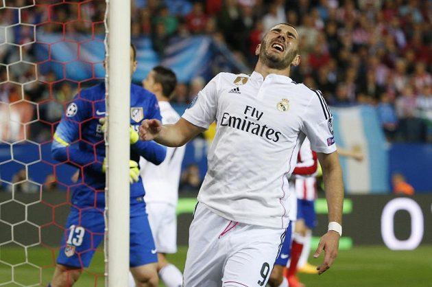 Zklamaný Karim Benzema poté, co neproměnil šanci v utkání LM proti Atlétiku Madrid.