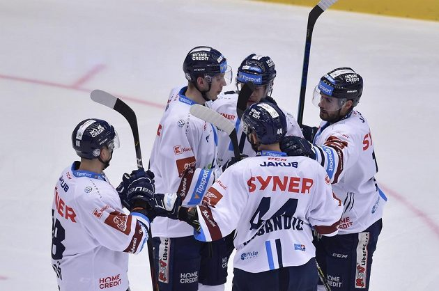 Hokejisté Liberce se radují z úvodního gólu.