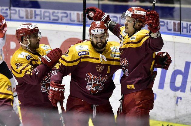 Hráči Jihlavy se radují z gólu na ledě Pardubic v utkání 6. kola baráže.