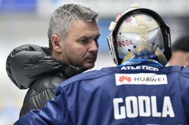 Brankář Kladna Denis Godla oznamuje trenérovi Davidu Čermákovi, že nenastoupí do zápasu.