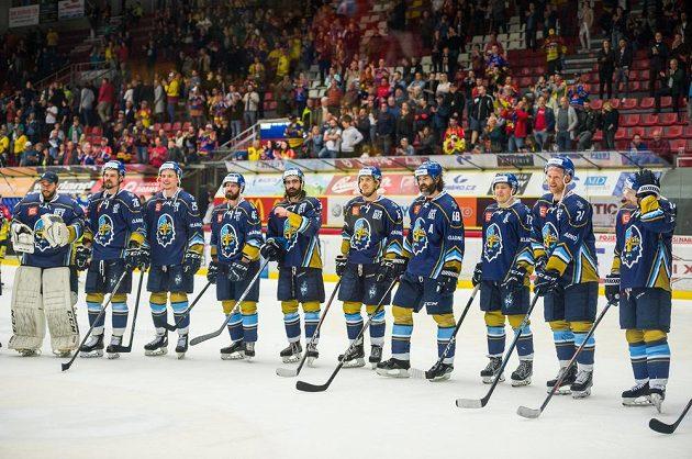 Hráči Kladna děkují po vyhraném zápase fanouškům.