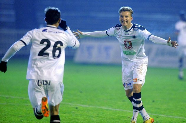 Zleva Emir Halilovič a Petr Mareš z Hradce se radují z gólu proti Brnu.