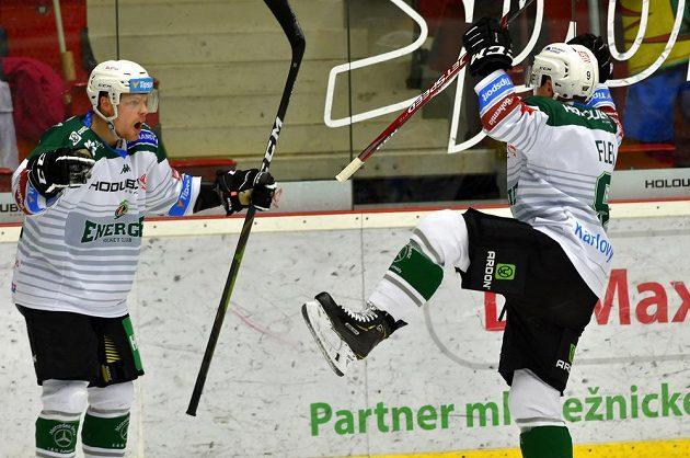 Z gólu se radují karlovarští hokejisté Dávid Gríger (vlevo) a střelec branky Jakub Flek.