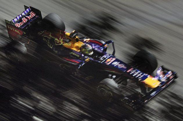 Sebastian Vettel během pátečního tréninku na nedělní Velkou cenu Singapuru.