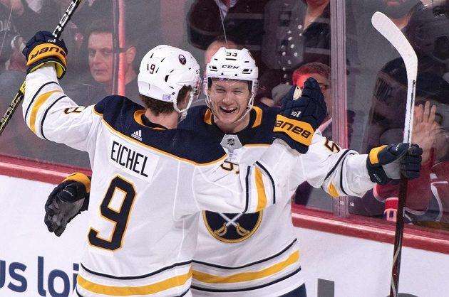 Jeff Skinner (9) a Jack Eichel z Buffala se radují po jednom z gólů proti Montrealu.