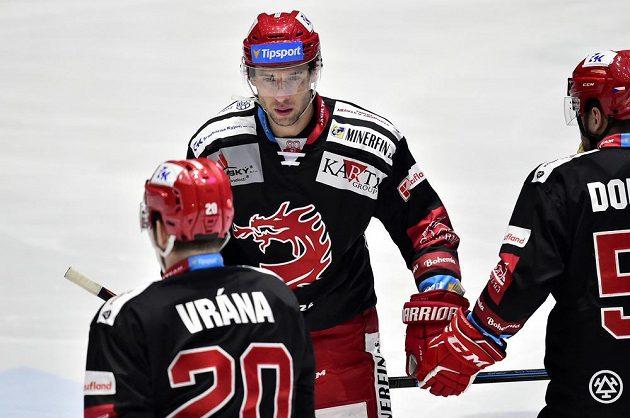 Třinecký hokejový útočník Wojciech Wolski slaví se spoluhráči.