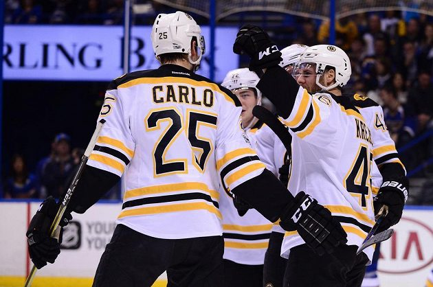 David Krejci (46) a Brandon Carlo (25) z Bostonu se radují z gólu proti St. Louis.