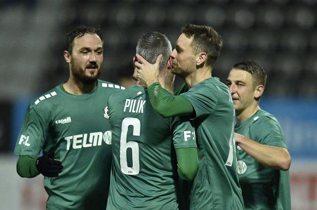 Fotbalisté Jablonce se radují z gólu Kaspera Hämäläinena (druhý zprava).