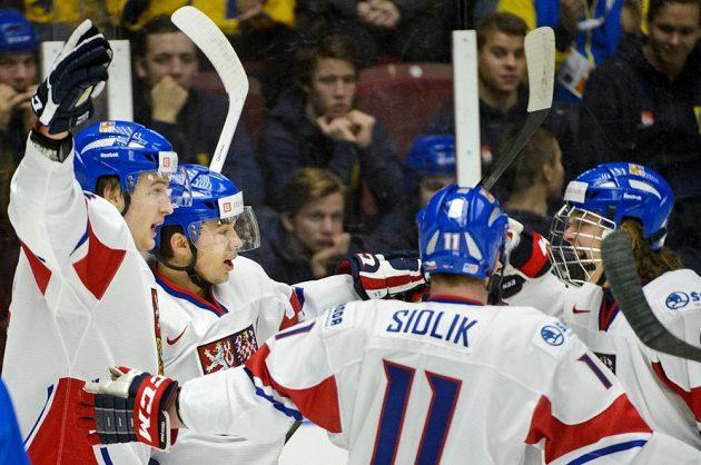 Český hokejista Dominik Simon se raduje z gólu na MS do dvaceti let proti Finsku.