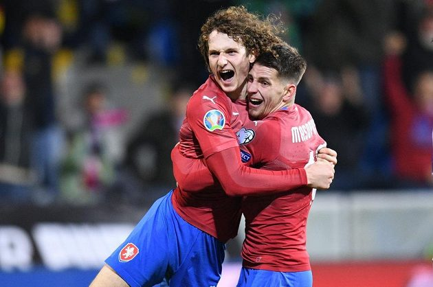 Střelec první české branky proti Kosovu Alex Král (vlevo) se raduje s Lukášem Masopustem.