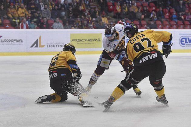 Litvínovští hokejisté Jakub Černý a Jakub Čutta (vpravo) v akci během barážového utkání v Jihlavě.