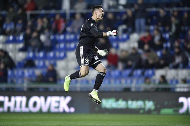 Brankář Bohemians Patrik Le Giang se raduje z gólu, který vstřelil jeho spoluhráč David Bartek.