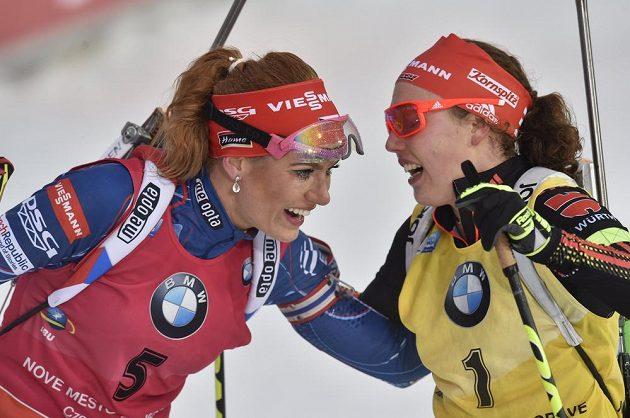 Vítězná Gabriela Koukalová (vlevo) a druhá Laura Dahlmeierová z Německa.