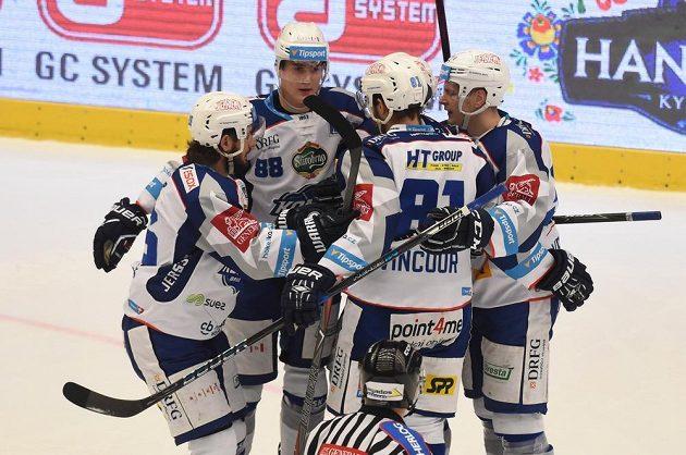 Hokejisté Brna se radují z gólu v Třinci.