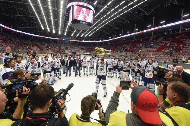 Hokejisté Brna se radují ze zisku mistrovského titulu, pohár drží Tomáš Vondráček.