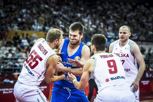Urputná bitva na mistrovství světa basketbalistů. V utkání o 5. až 8. místo bojují o míč Lukasz Koszarek z Polska, Jaromír Bohačík z ČR a Poláci Mateusz Ponitka a Damian Kulig.