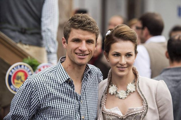 Fotbalista Bayernu Thomas Müller s manželkou Lisou na Oktoberfestu.